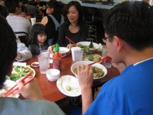 Thưởng thức món ăn Việt tại nhà hàng Mỹ