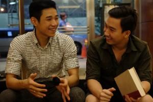 Hoàng Việt (trái) thường xuyên trao đổi với bạn bè và tham gia các hoạt động ngoại khóa