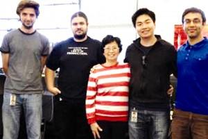 Nguyễn Thành Nhân (thứ hai, phải sang) cùng mẹ và các cộng sự ở Google