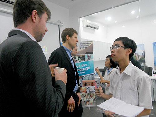 """Học sinh Việt Nam học hỏi cách """"chinh phục"""" ĐH Harvard từ các học viên cao học ĐH Harvard."""
