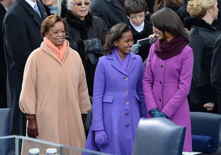 Mẹ vợ của ông Obama, bà Marian Robinson, đứng cạnh 2 cháu gái.