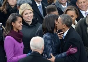 Ông Obama và phu nhân dành cho nhau những cử chỉ thân mật trước sự chứng kiến của đám đông.