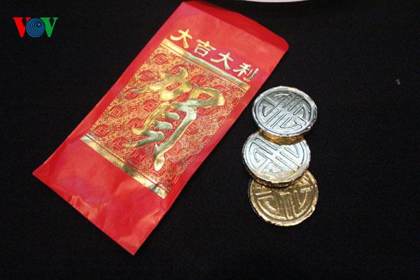 Thật bất ngờ là trong bao lì xì là 3 đồng xu vàng socola!