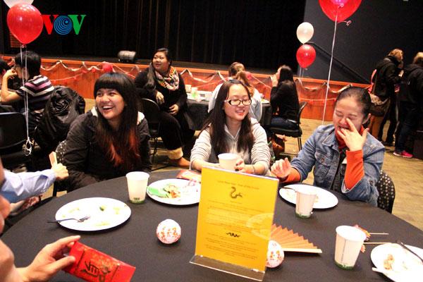 Ở nước nào cũng vậy, sinh viên  đều vui khi được ăn bữa trưa miễn phí thật là ngon!