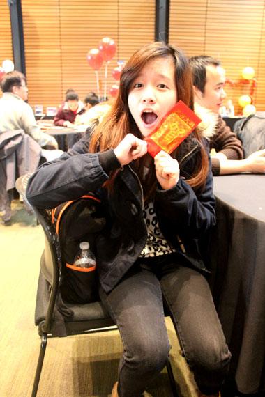 Niềm vui mừng của cô sinh viên Việt Nam khi được bao lì xì tại Mỹ!