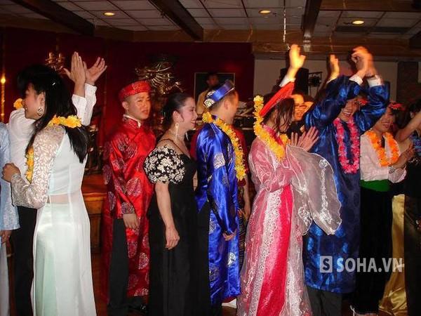 Những kiều bào Việt diện áo dài truyền thống trong dịp Tết.
