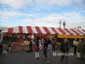 Khu thương mại Phước Lộc Thọ trong dịp Tết ta được nhiều người Việt đến mua sắm đồ.
