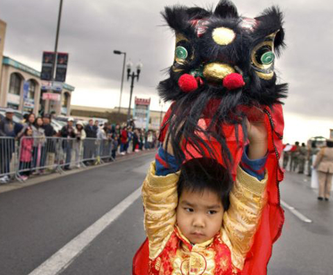 Nicholas Vu, 4 tuổi, tham gia màn múa lân trong lễ diễu hành trên phố Westminster vào ngày 10/2.