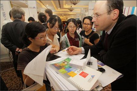 Đông đảo phụ huynh và học sinh tham dự hội thảo tìm học bổng du học Mỹ do Trung tâm Education USA tổ chức - Ảnh: LSQ Mỹ cung cấp