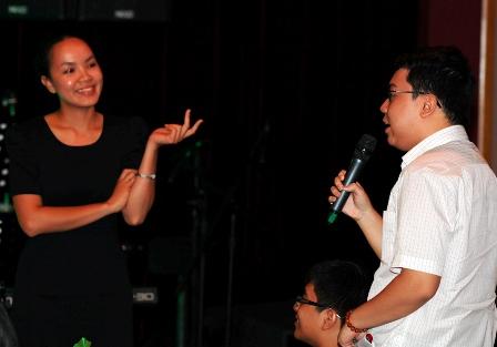 Khi còn là sinh viên tại Mount Holyoke, chị Võ Thị Minh An (trái) từng giành giải thưởng Outstanding Commitment Award do quỹ Clinton Global Initiatives tài trợ để thực hiện dự án tài chính vi mô cho các gia đình nạn nhân chất độc da cam tại Quảng Trị.