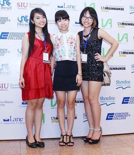 Các nữ sinh tự tin khoe dáng, quảng bá cho trường ĐH của mình