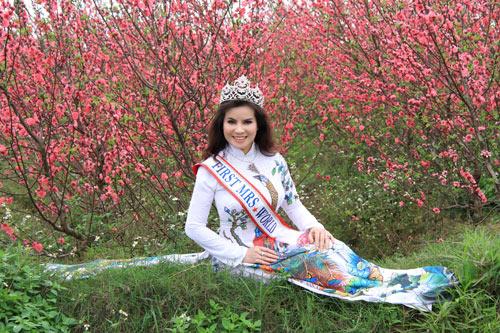 Hoa Hậu quý bà Kim Hồng diện áo dài chấm thi Hoa hậu quý bà Mỹ