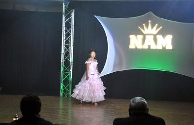 Amanda Nga Phan trong trang phục dạ hội. Cô bé 12 tuổi người Mỹ gốc Việt đoạt danh hiệu Miss Spirit-New Jersey