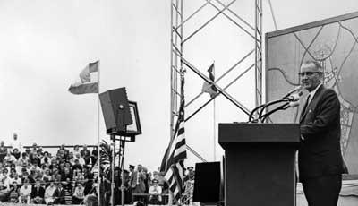 Sinh viên UCI 'đợi' TT Obama trong ngày tốt nghiệp