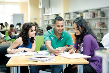 không ít sinh viên gặp khó khăn khi đăng ký quá nhiều môn khoa học có đi kèm thí nghiệm trong cùng một học kì.