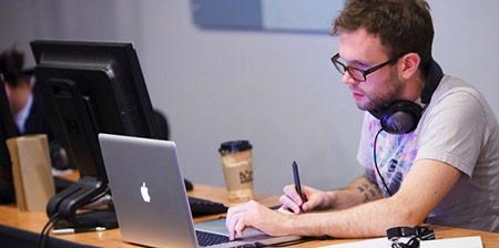 Nhà thiết kế web chịu trách nhiệm tạo, cập nhật, quản lý các yếu tố đồ họa, sắp xếp website. Họ cần có kinh nghiệm thiết kế.