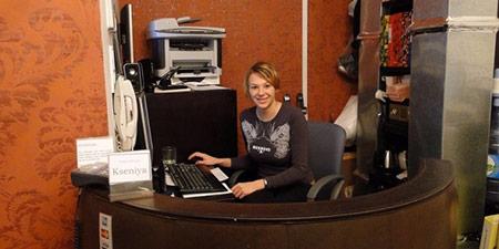 Kiểm toán đêm làm việc tại các khách sạn suốt ca đêm, hỗ trợ các hoạt động kế toán, xử lý mối quan hệ khách hàng. Công việc này đòi hỏi kỹ năng toán học, sử dụng máy tính và kiến thức kế toán cơ bản.